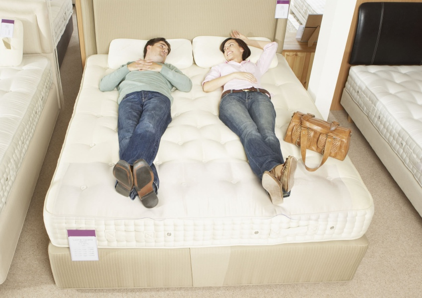 мужчина и женщина с сумкой лежат на матрасе и смотрят друг на друга